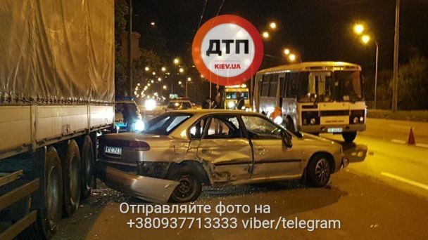 Хотів проскочити: у Києві Subaru спровокував масштабну ДТП із постраждалими