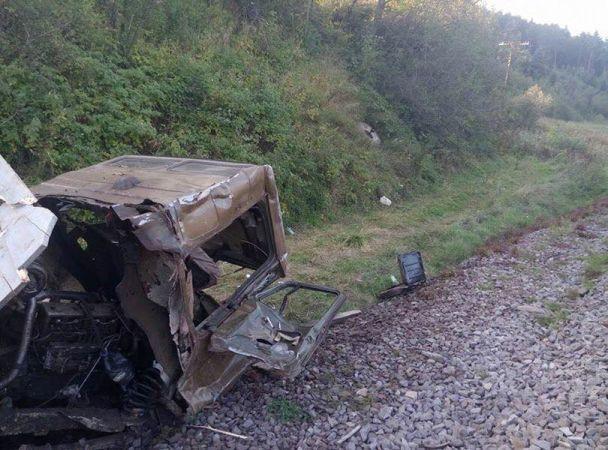 На Львівщині електричка розчавила вантажівку з дровами