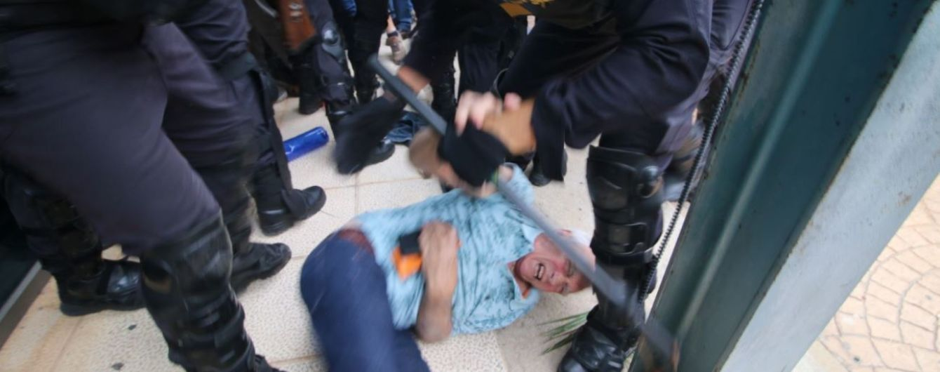 """Перша кров: """"референдум"""" Каталонії не обійшовся без сутичок"""