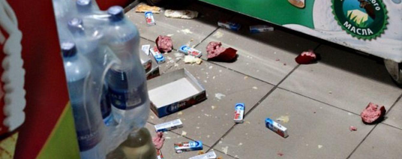 На Буковине еноты-беглецы устроили погром в продуктовом магазине