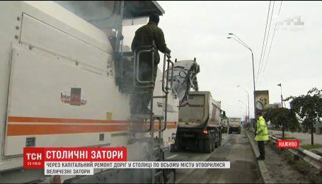 На Набережному шосе столиці перекрили всі 5 смуг для руху автомобілів