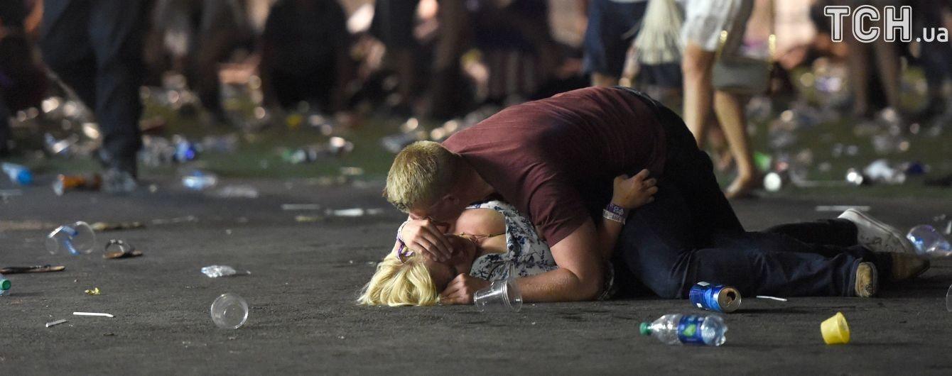 Стала известна история мужчины, который прикрывал женщину от пуль на знаменитом фото со стрельбы в Лас-Вегасе