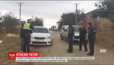 В Крыму люди в масках задержали трех крымских татар