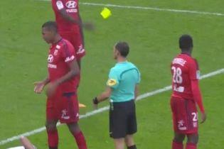 Не бросай карточки: во Франции футболист получил нелепое удаление