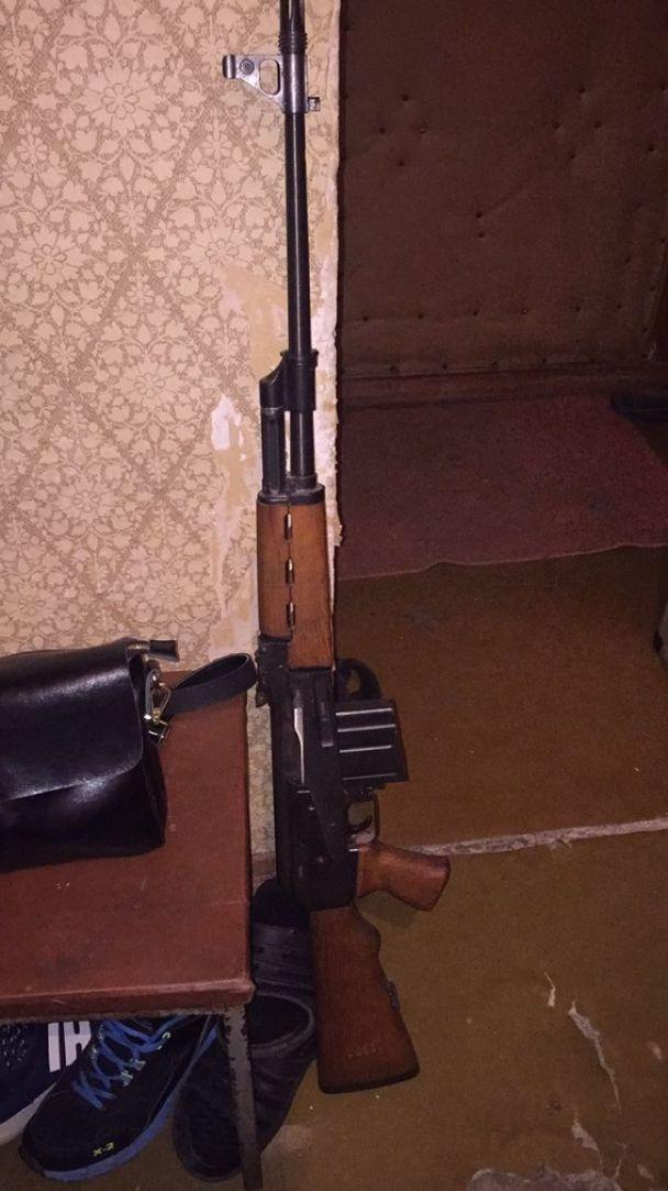 У Києві на Оболоні виявили арсенал зброї
