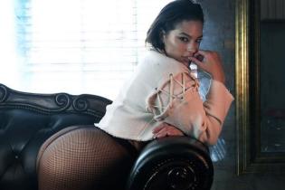 Модель plus-size Эшли Грэм похвасталась пышными формами в новом фотосете