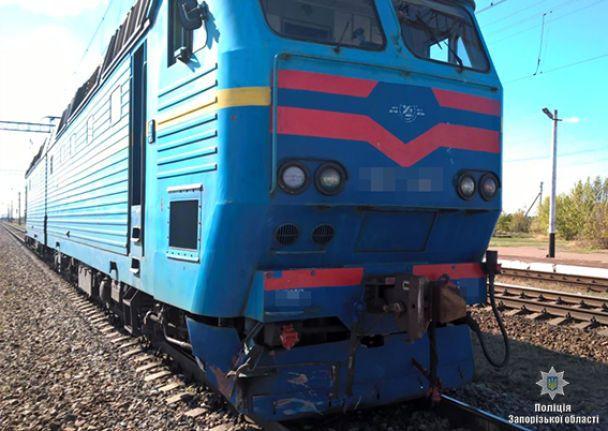 На Запоріжжі локомотив протаранив автомобіль