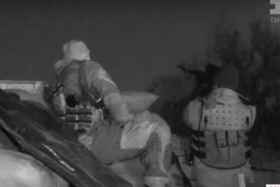Военные в полночь включают через громкоговоритель гимн Украины - чтобы слышали боевики
