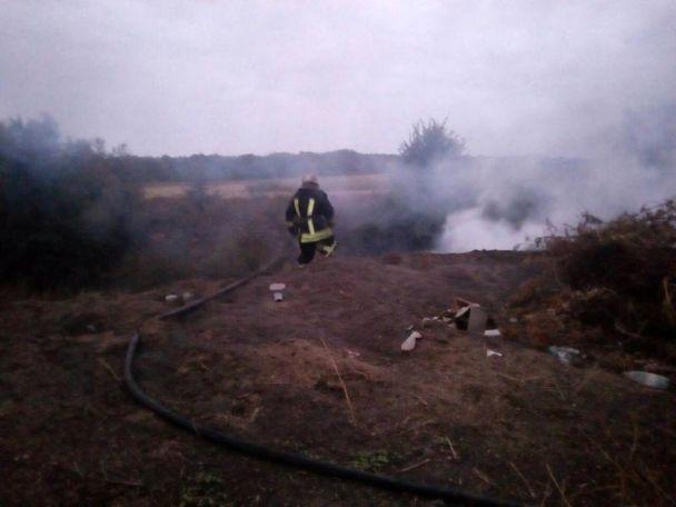 На Київщині сталася пожежа на стихійному сміттєзвалищі