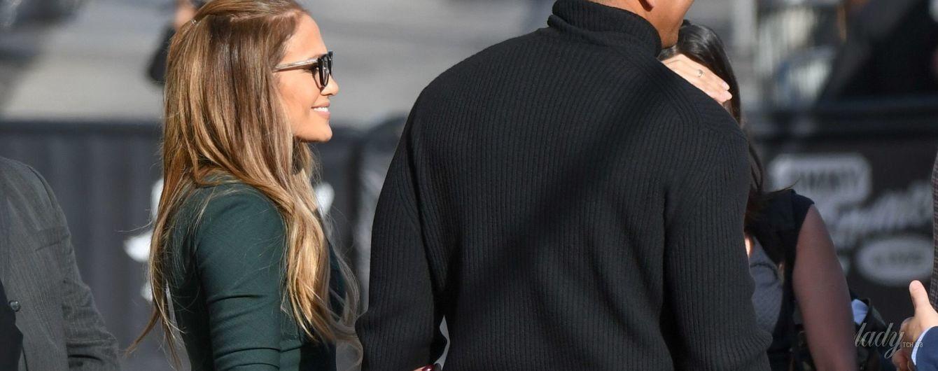 Красивый фас и сногсшибательный профиль: Дженнифер Лопес в обтягивающем платье