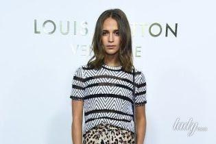 В леопардовой мини-юбке и грубых ботинках: стильная Алисия Викандер на открытии бутика Louis Vuitton