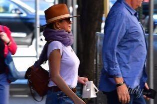 В шляпе и рваных джинсах: папарацци подловили Дженнифер Энистон возле медицинского учреждения