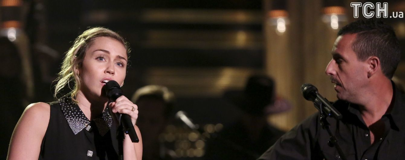Сайрус и Сэндлер исполнили песню в память о жертвах страшной стрельбы в Лос-Анджелесе