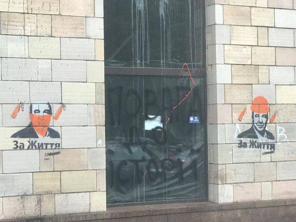 """На Грушевського замість """"ікон Майдану"""" намалювали Рабіновіча в революційному образі"""