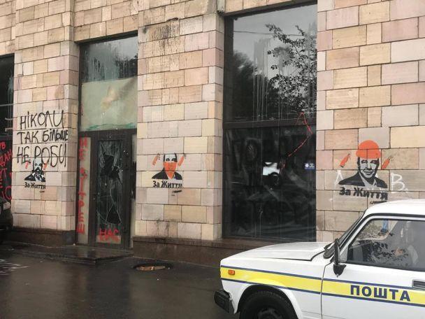 На місці знищених революційних графіті наГрушевського з'явилася реклама Рабіновича