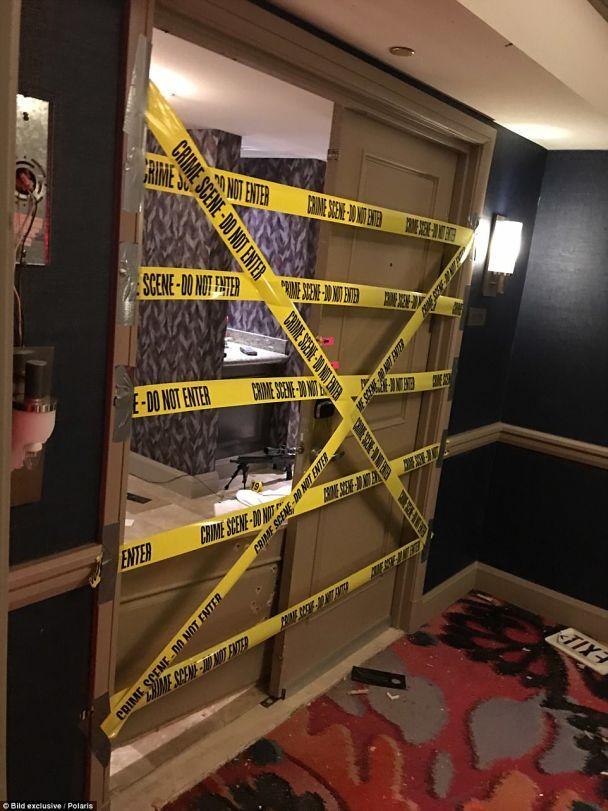 """Молоток, снайперское """"гнездо"""" и мертвый убийца: появились новые фото из гостиничного номера стрелка из Лас-Вегаса"""