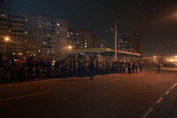 В Киеве активисты разгромили АЗС и подрались с полицией