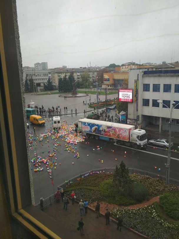 Різнокольоровий колапс: у центрі Рівного з фури висипалися сотні повітряних кульок