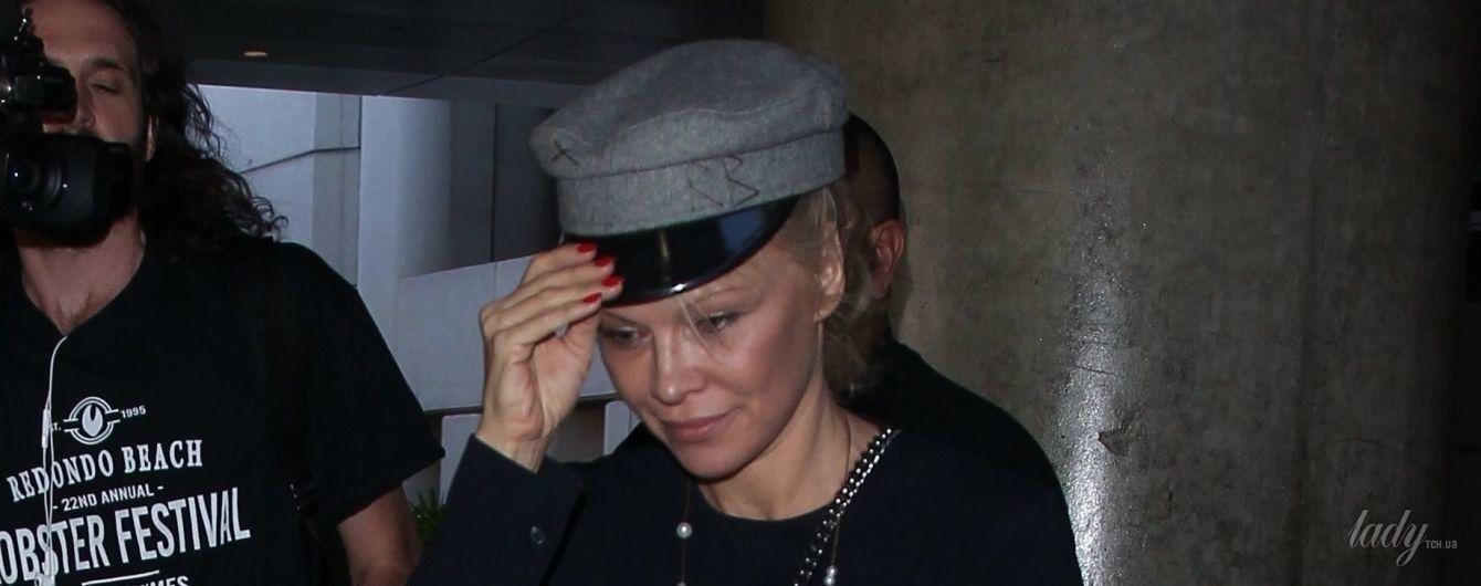 Памела Андерсон дополнила стильный образ фуражкой от украинского дизайнера