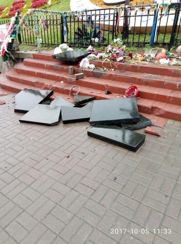 Житель Севастополя разбил мемориал Небесной сотни на Аллее Героев в Киеве