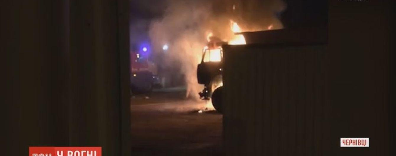 В Черновцах сгорели две фуры на деревообрабатывающем заводе