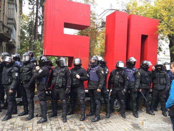 «Корова невинна»: вцентрі Києва погром під офісом відомої партії