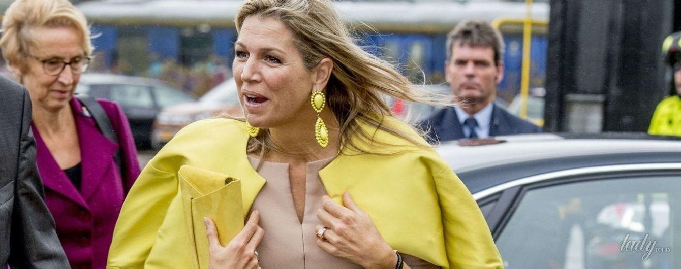 Дождь, ветер и любимое платье: королева Максима приехала на женскую конференцию