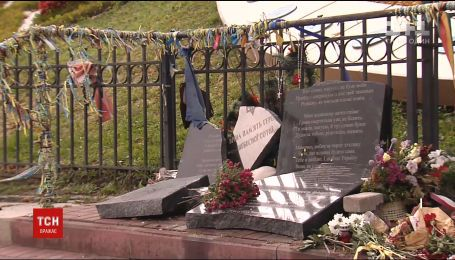 На Інститутській розтрощили пам'ятник Героям Небесної Сотні