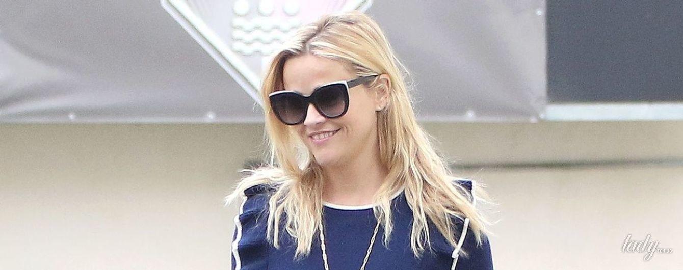 Поправилась или неудачный свитер: Риз Уизерспун попала в объективы папарацци на улицах Лос-Анджелеса