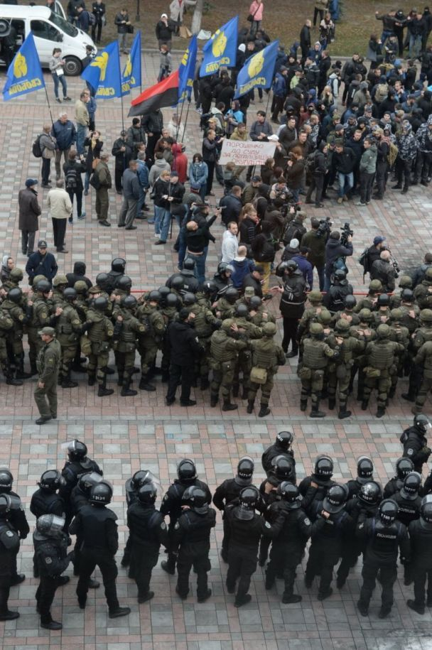 """""""Горячий"""" день в Раде: файеры на улице и толкотня внутри"""