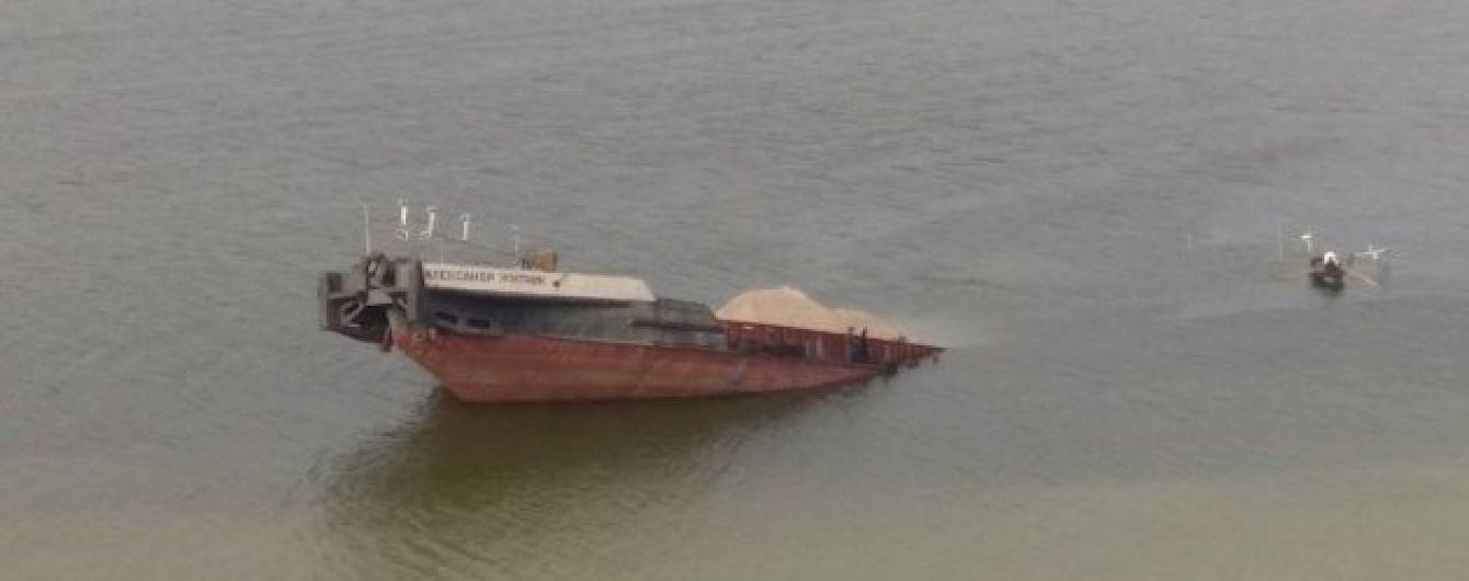 На Херсонщине затонула баржа: в воду попала нефть