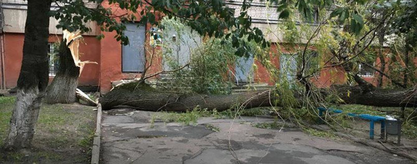На Львовщине почти 70 населенных пунктов до сих пор обесточены, а ураган надвигается на юг страны