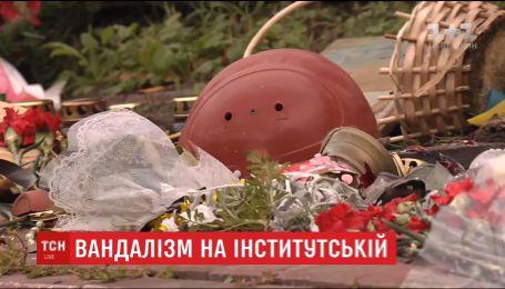 Киевляне несут цветы и лампадки к разрушенному мемориалу Героев Небесной Сотни на Институтской