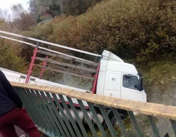 На Полтавщині вантажівка знесла відбійник і злетіла з дороги у річку