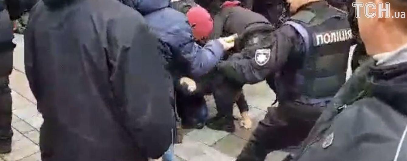 Під Радою затримували чотирьох активістів, які намагались пройти до парламенту