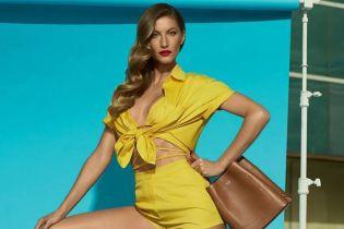 Длинноногая Жизель Бундхен в мини-шортах сексуально рекламирует обувь
