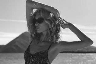 Прекрасная Эльза Хоск поделилась новыми фото в купальнике