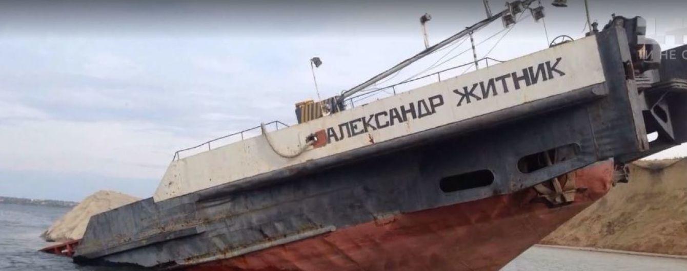 Нефтяное пятно на 6 км: затонулая баржа на Херсонщине давно исчерпала срок эксплуатации