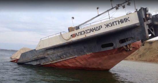 Нафтова пляма на 6 км: затонула баржа на Херсонщині давно вичерпала термін експлуатації