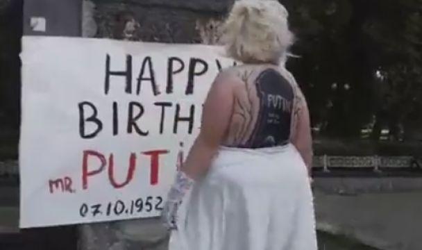 В центре Киева обнаженная активистка Femen с надгробием Путина на спине, «поздравила» его с 65-летием