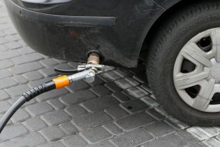На АЗС незначительно подешевел автогаз. Средние цены на горючее на 21 ноября