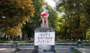 """У центрі Києва оголена активістка Femen з надгробком Путіна на спині, """"привітала"""" його з 65-річчям"""