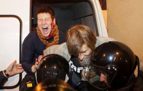 У Росії масово затримують активістів, які вийшли на мітинги в день його народження Путіна