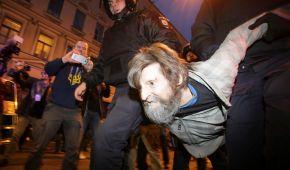 У Росії масово затримують активістів, які вийшли на мітинги в день народження Путіна