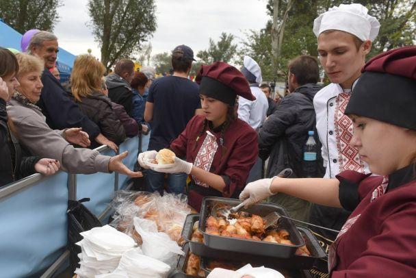 Гигантская чиабатта и рекордные голубцы. Как украинские города отпраздновали день рождения