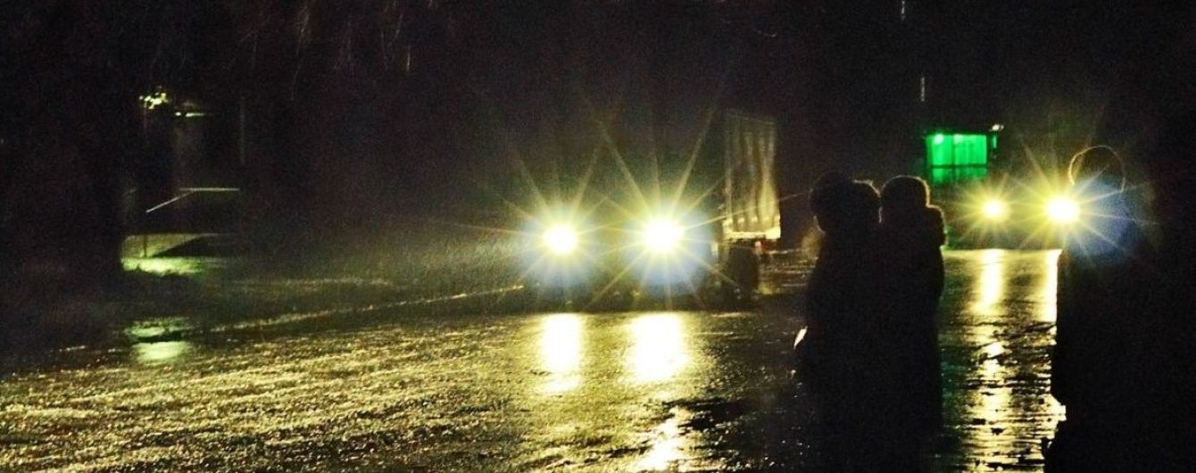 Падати і не забитися, їздити без ДТП: українцям нагадали головні правила виживання при ожеледиці
