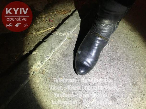 В Киеве неизвестный избил прохожего и открыл стрельбу по его спутнице