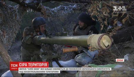 Между двух миров: жители серой зоны просят украинских бойцов вернуть им село