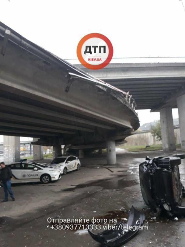 У Києві автомобіль з дитиною в салоні вилетів з мосту