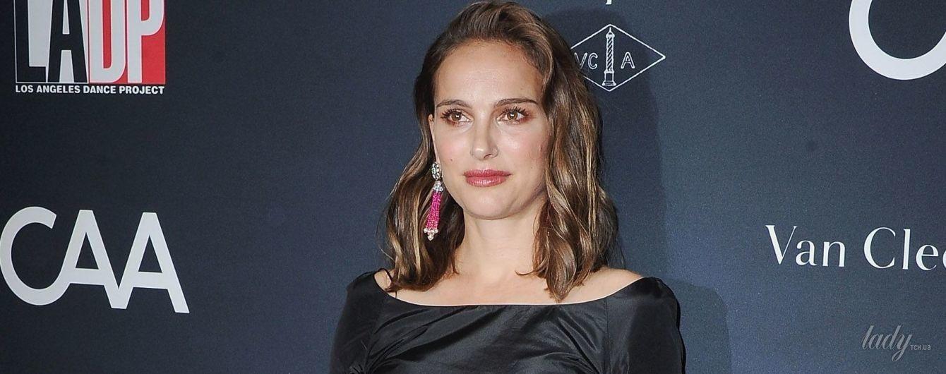 В платье Dior и с яркими серьгами: Натали Портман на светском мероприятии